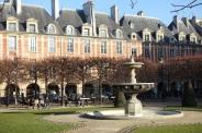Fountain_@_Square_Louis_XIII_@_Place_des_Vosges_@_Marais_@_Paris_(30896795463)