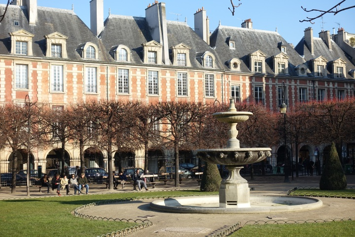 Fountain_@_Square_Louis_XIII_@_Place_des_Vosges_@_Marais_@_Paris_(30896795463)
