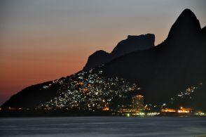 2048px-Rio_de_janeiro_favela_ipanema_beach_night_2010