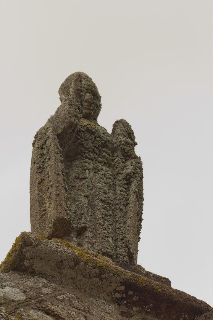 Statue_de_saint_Aubert_sur_la_chapelle_Saint-Aubert_(Le_Mont-Saint-Michel,_Manche,_France)