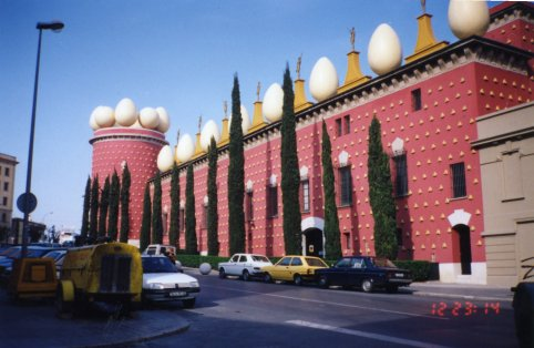 Teater_Museu_Gala_Salvador_Dali_building_from_outside